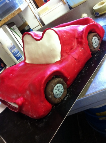 cars, flash, McQueen, disney, pixar, voiture, rouge, cake, sculpteur, sculpté, pâtissier, papou, hoenheim, 67800, anniversaire, enfant, gouter, gâteau, sec, chocolat, ganache, pâte amande, pâte à sucre, création, original, voiture, rouge