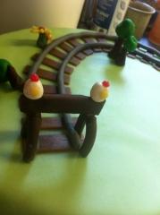 wedding cake, train, framboise, génoise, oeuf, herbe, fleur, pâte amande, création, papou, valentin franck, pâtissier, hoenheim, 67, original, rail, barrière, locomotive, wagon, visage,