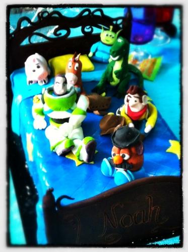 lit d'andy, toy story, figurine, woody, buzz l'éclair, M. patate, bayonne, cochon, rex, tyranosaure, dinosaure, pile poile, cheval, selle, wedding cake, chocolat, pâte amande, déco, papou, pâtissier, hoenheim, anniversaire, disney