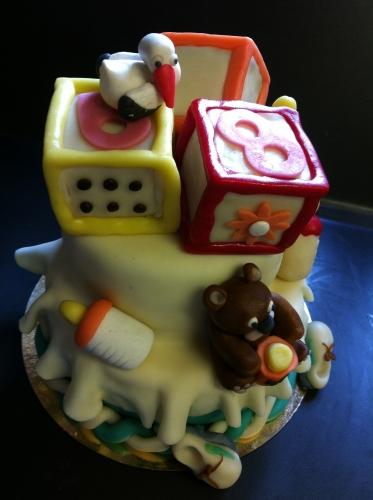cube,jouet de bébé,baptème,baby shower,wedding cake,biberons,chausson,papou,,drappé,pate amande,couleur,gourmand,perles dorés,décor,papou, pâtissier, alsace,